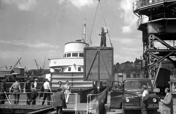 Unloading crate from vessel at City Docks, 9 July 1956