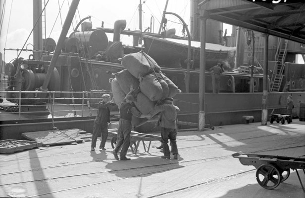 Landing of General cargo from Glasgow-Belfast steamer