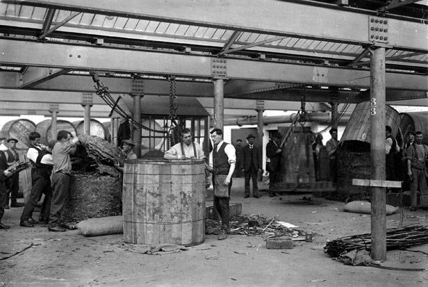Weighing and sampling Tobacco, 1920