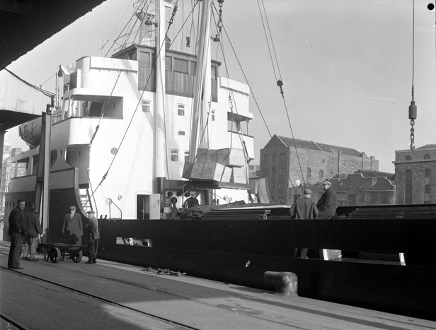 Loading tea in chests for export to Belfast, November 1962