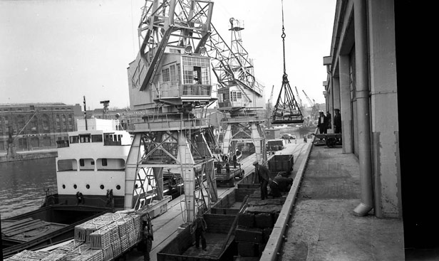 Cargo handling onto balcony of M Shed, 1952