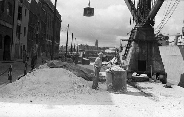 Shovelling saltcake for export, 25 June 1947