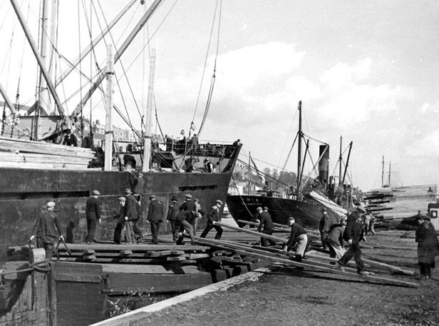 Preparing planks for running cargo, 14 October 1938